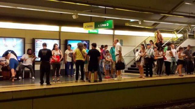 Cantante callejera entona canciones judeo-israelíes en el subterráneo de Buenos Aires