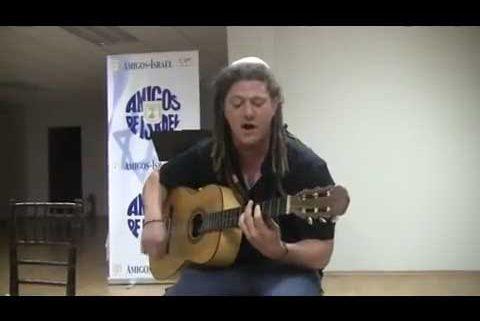 """Adam Kleinberg interpreta Lo Cal, la canción con la que ganó el """"Hallelujah – Jewish Singing Competition"""""""