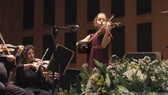 La joven violinista Masha Marshon, de 11 años de edad con la Orquesta Filarmónica de Israel